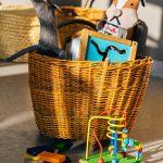 Zdjęcie przedstawia kosz kabłącok w produktami w środku. Idealnie nadaje się na prezent, w którym można umieścić podarunek.