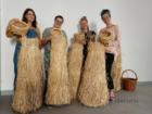 Warsztaty wyplatania ze słomy Serfenta, uczestniczki prezentują prace, stojąc przy snopkach słomy